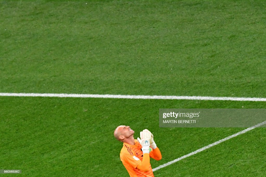 TOPSHOT - Argentina's goalkeeper Willy Caballero reacts after Croatia's goal during the Russia 2018 World Cup Group D football match between Argentina and Croatia at the Nizhny Novgorod Stadium in Nizhny Novgorod on June 21, 2018. (Photo by Martin BERNETTI / AFP) / RESTRICTED