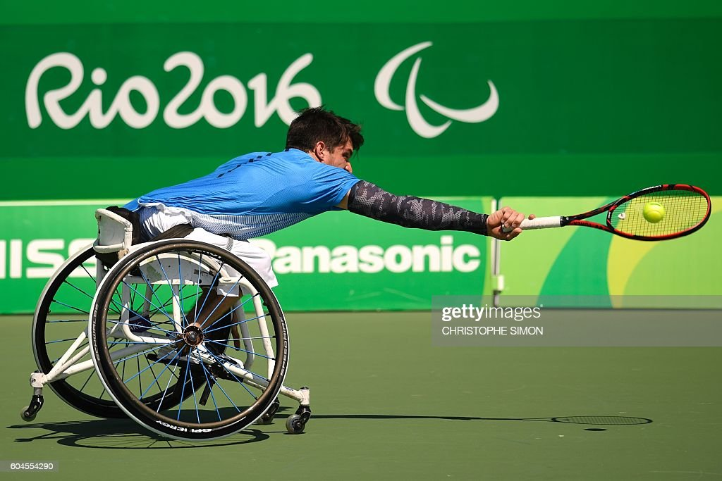 TOPSHOT - Argentina's Gustavo Fernandez returns the ball to Great Britain's Gordon Reid during their Wheelchair Tennis match at the Olympic Tennis Centre during the Rio 2016 Paralympic Games in Rio de Janeiro, Brazil, on September 13, 2016. / AFP / CHRISTOPHE
