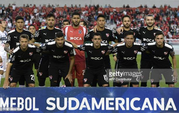 Argentina's Independiente football team pose during the Copa Sudamericana quarterfinals second leg football match against Paraguay's Nacional at...