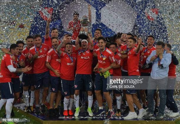 TOPSHOT Argentina's Independiente players celebrate with the 2017 Sudamericana Cup trophy at Maracana stadium in Rio de Janeiro Brazil on December 13...