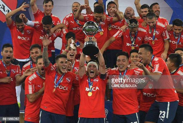Argentina's Independiente players celebrate with the 2017 Sudamericana Cup trophy at Maracana stadium in Rio de Janeiro Brazil on December 13 2017 /...