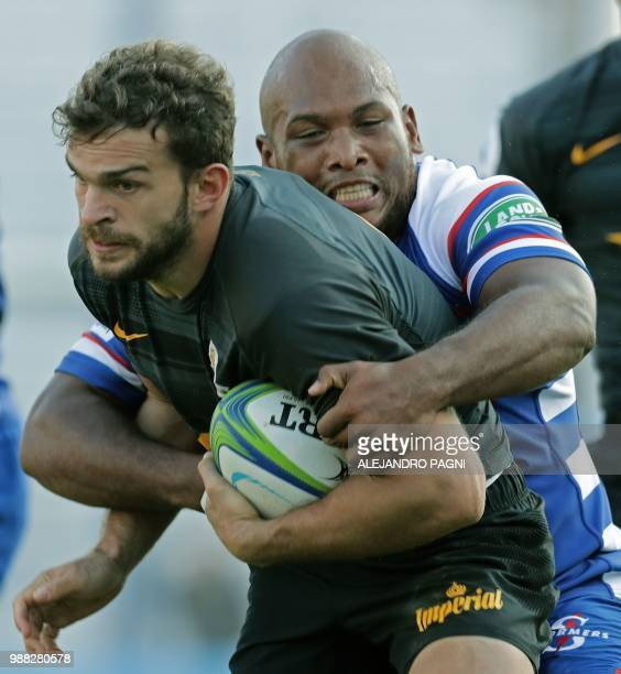 Argentina's Jaguares wing Ramiro Moyano vies for the ball with South Africa's Stormers hooker Ramone Samuels during their Super Rugby match at Jose...