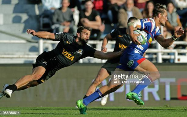 Argentina's Jaguares wing Ramiro Moyano vies for the ball with South Africa's Stormers centre JJ Engelbrecht during their Super Rugby match at Jose...