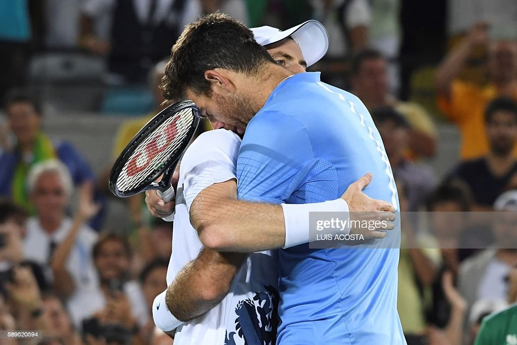 TOPSHOT - Argentina's Juan Martin Del Potro congratulates Britain's Andy Murray on winning the men's singles gold medal tennis match at the Olympic Tennis Centre of the Rio 2016 Olympic Games in Rio de Janeiro on August 14, 2016. / AFP / Luis Acosta