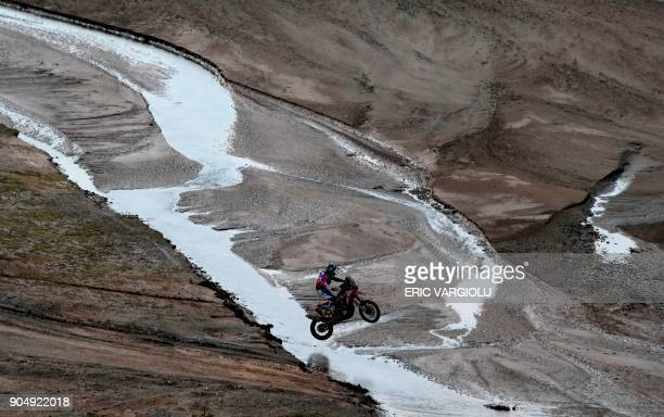 TOPSHOT Argentina's Kevin Benavides competes during Stage 8 of the 2018 Dakar Rally between Uyuni and Tupiza Bolivia on January 14 2018 / AFP PHOTO /...