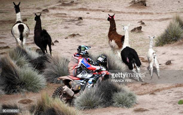 Argentina's Kevin Benavides powers his Honda during Stage 7 of the 2018 Dakar Rally between La Paz and Uyuni Bolivia on January 13 2018 / AFP PHOTO /...