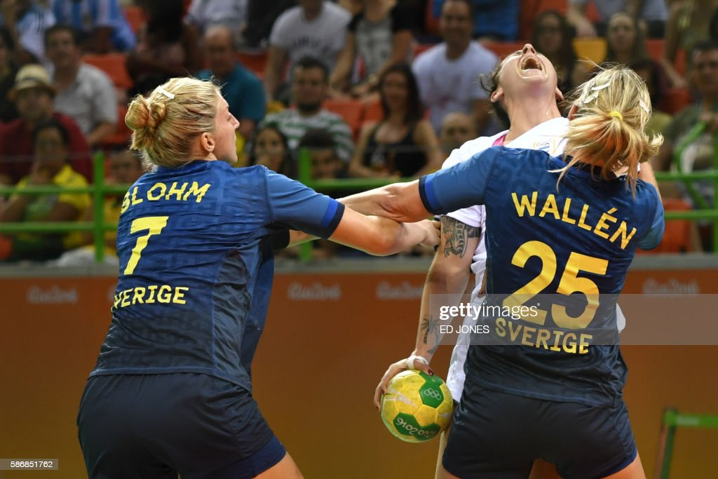 Argentina's left back Manuela Pizzo (C) vies with Sweden's pivot Linn Blohm (L) and Sweden's right back Angelica Wallen during the women's preliminaries Group B handball match Sweden vs Argentina for the Rio 2016 Olympics Games at the Future Arena in Rio on August 6, 2016. / AFP PHOTO / Ed JONES