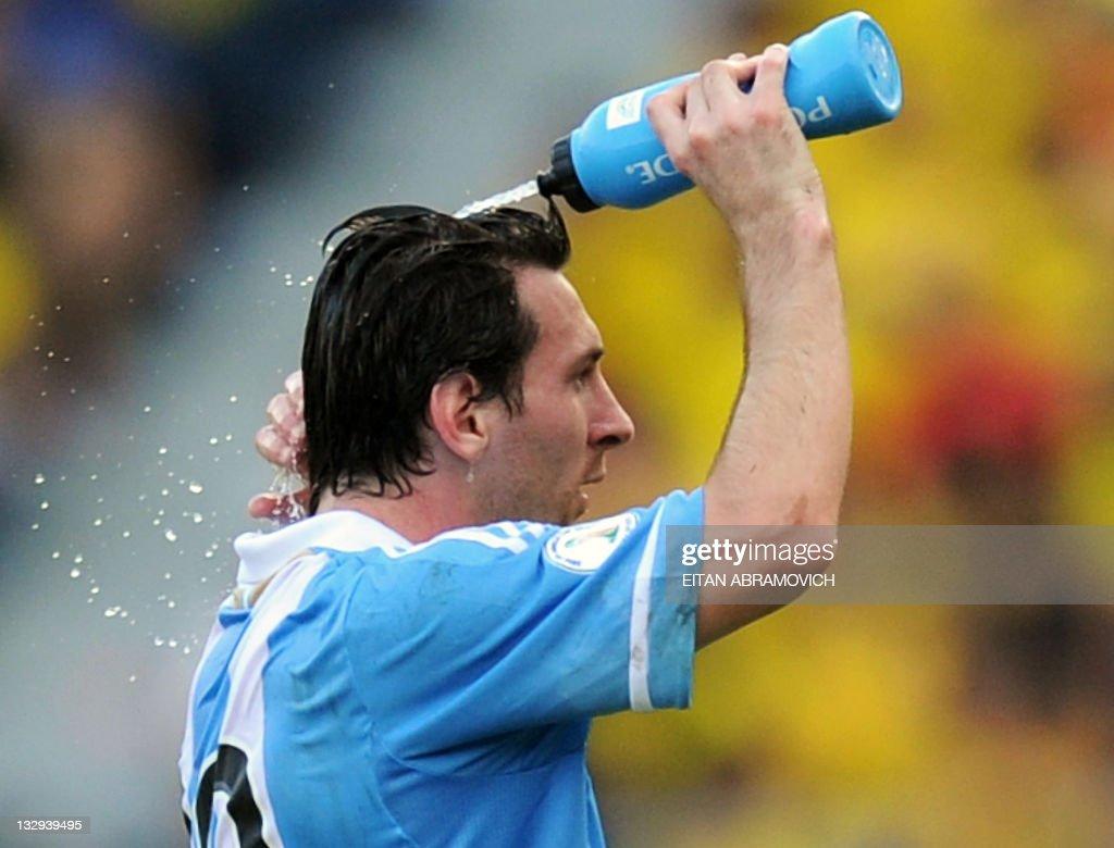 Argentina's Lionel Messi cools himself d : News Photo