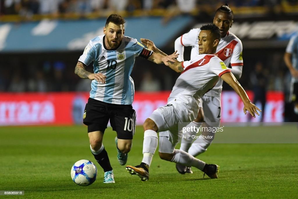 Argentina's Lionel Messi (L) is marked by Peru's Victor Yotun during their 2018 World Cup qualifier football match in Buenos Aires on October 5, 2017. / AFP PHOTO / Eitan ABRAMOVICH
