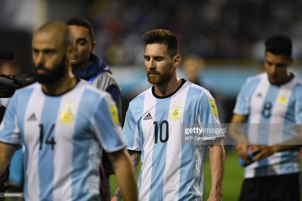 Argentina's Lionel Messi leaves the field in dejection at the end of the goalless 2018 World Cup qualifier football match against Peru in Buenos Aires on October 5, 2017. / AFP PHOTO / Eitan ABRAMOVICH