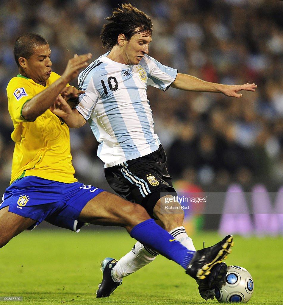 Bất lực với khả năng rê bóng quái kiệt của Messi, dàn siêu sao của ...