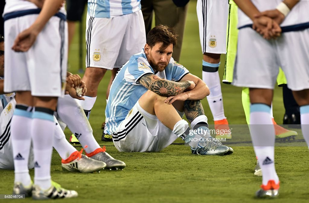 TOPSHOT - Argentina's Lionel Messi waits to receive the second place medal during the Copa America Centenario awards ceremony in East Rutherford, New Jersey, United States, on June 26, 2016. / AFP / Nicholas Kamm