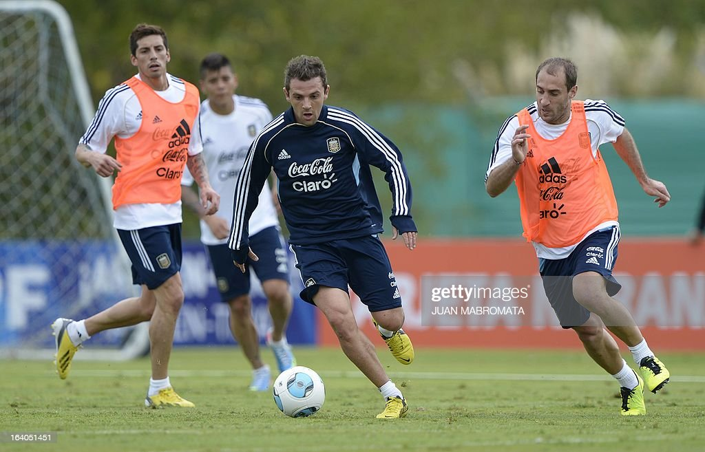 Argentina's midfielder Walter Montillo (C) takes control of the ball amidst defender Pablo Zabaleta (R) and midfielder Jose Sosa (L) during a training session in Ezeiza, Buenos Aires on March 19, 2013 ahead of the Brazil 2014 FIFA World Cup South American qualifier football match against Venezuela on March 22. AFP PHOTO / Juan Mabromata