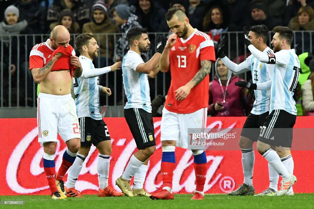 Argentina's players celebrate a goal during an international friendly football match between Russia and Argentina at the Luzhniki stadium in Moscow on November 11, 2017. / AFP PHOTO / Kirill KUDRYAVTSEV