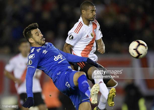 Argentina's River Plate midfielder Nicolas De La Cruz vies for the ball with Brazil's Cruzeiro midfielder Robinho during their Copa Libertadores...
