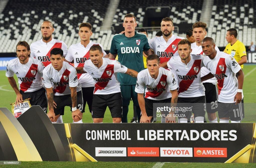 Argentina's River Plate team line up before their group stage Libertadores soccer match against Brazil's Flamengo at Nilton Santos football stadium in Rio de Janeiro, Brazil on February 28, 2018. / AFP PHOTO / Carl DE