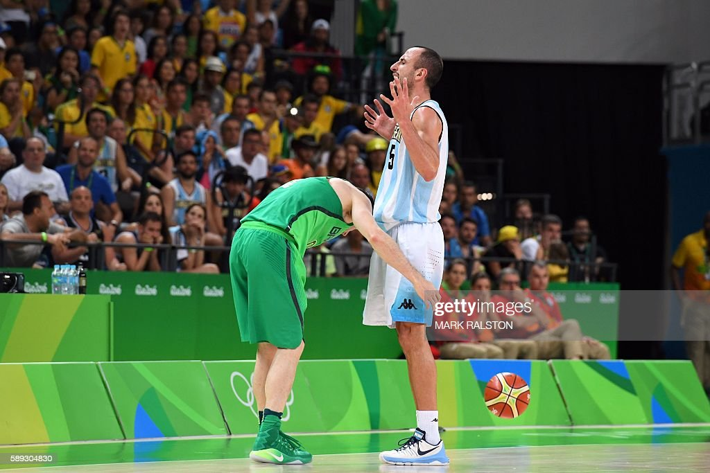 TOPSHOT - Argentina's shooting guard Manu Ginobili (R) reacts after fouling Brazil's point guard Marcelinho Huertas (L) in the last seconds of a Men's round Group B basketball match between Argentina and Brazil at the Carioca Arena 1 in Rio de Janeiro on August 13, 2016 during the Rio 2016 Olympic Games. / AFP / Mark RALSTON
