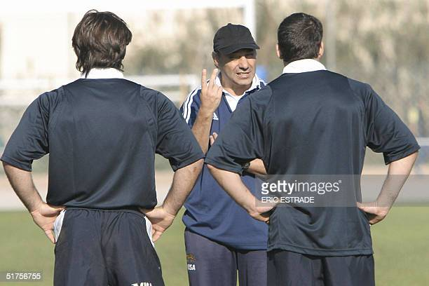 Argentina's team coach Marcelo Loffreda talks to his players during a training session 17 November 2004 in La Seynesurmer three days before the rugby...