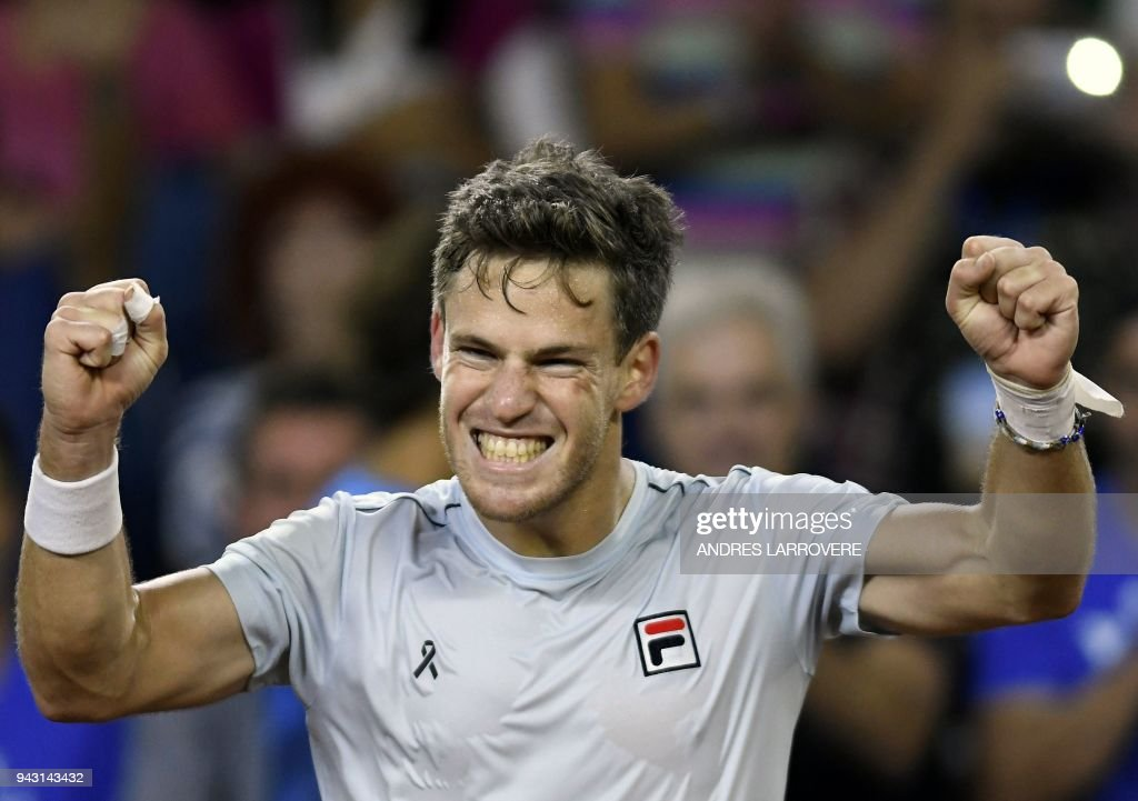 TOPSHOT - Argentina's tennis player Diego Schwartzman celebrates after defeating Chile's Nicolas Jarry during their 2018 Davis Cup Americas Group second round single tennis match at Aldo Cantoni stadium in San Juan, Argentina on April 7, 2018. / AFP PHOTO / Andres Larrovere