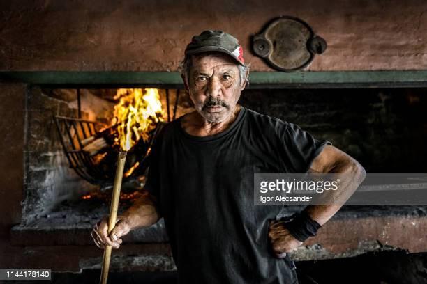 アルゼンチンのバーベキュー男性 - ルポルタージュ ストックフォトと画像
