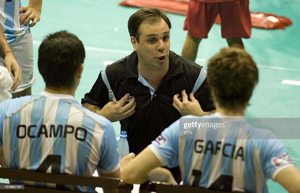 Argentine coach Javier Weber (C) talks with his players during their World League volleyball tournament match against Cuba on June 5, 2010 in Havana. Cuba won 3-2.