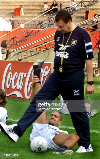 Argentine coach Marcelo Bielsa walks past soccer player Juan Sebastian Veron 06 September 1999. El director tecnico del equipo de Argentina, Marcelo...