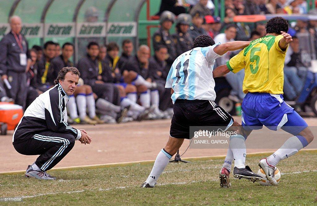 Argentine coach Marcelo Bielsa (L) watch : News Photo