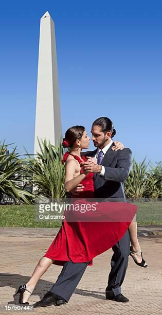 pareja de baile de tango argentino en las calles de buenos aires - obelisco de buenos aires fotografías e imágenes de stock