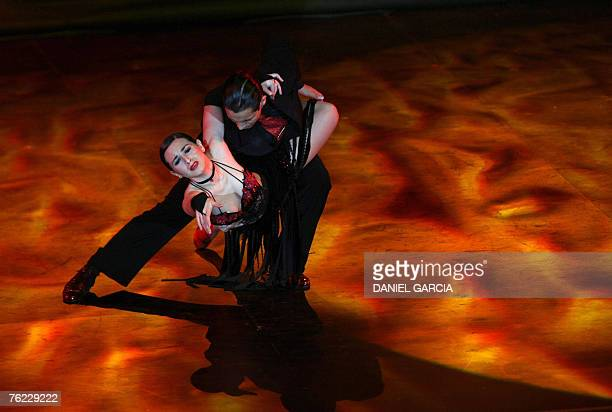 Argentine couple Pablo Contreras and Cynthia Palacios dance during the semifinals of the Stage Tango competition in Buenos Aires 22 August 2007 The V...