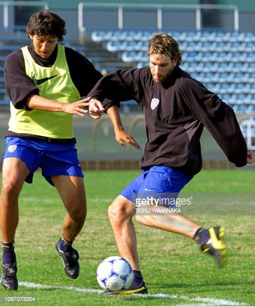 Argentine football club Boca Juniors' ace striker Martin Palermo trains with his captain Jorge Heman Bermudez of Colombia during a practice session...