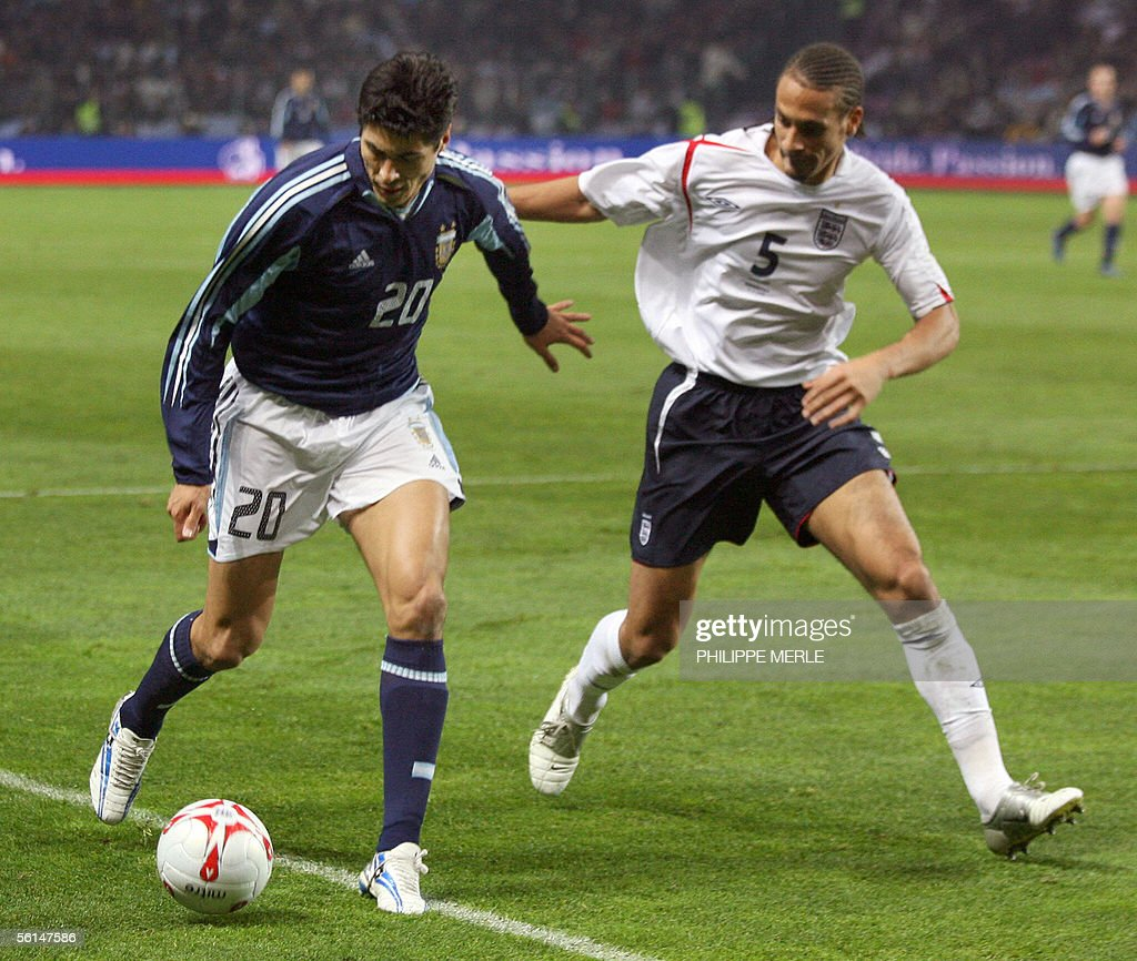 Argentine forward Julio Cruz (L) vies with England's defender Rio Ferdinand during England vs Argentina friendly, 12 November 2005, at the Geneva stadium in Geneva.
