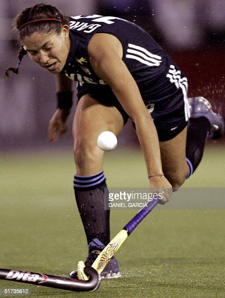 Argentine hockey player Soledad Garcia battles for the ball during the Champions Trophy's match against Netherlands 11 November 2004 in Rosario...