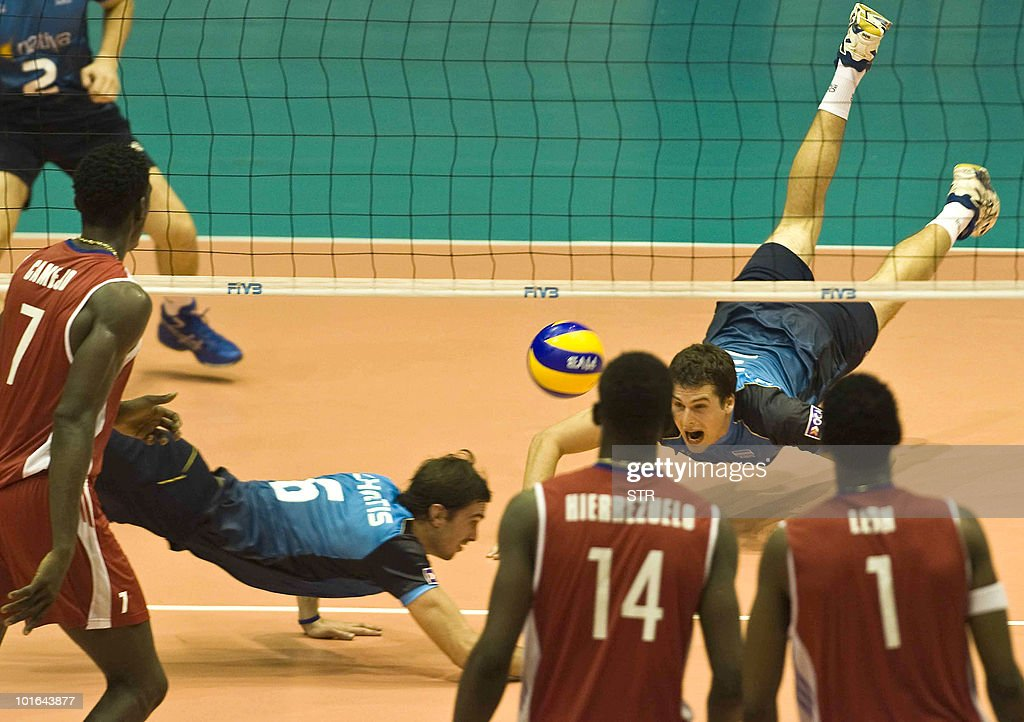 Argentine players Martin Blanco Costa (F) and Gustavo Scholtis (L) try to save the ball during their World League volleyball tournament match against Cuba on June 4, 2010 in Havana. Cuba won 3-1.