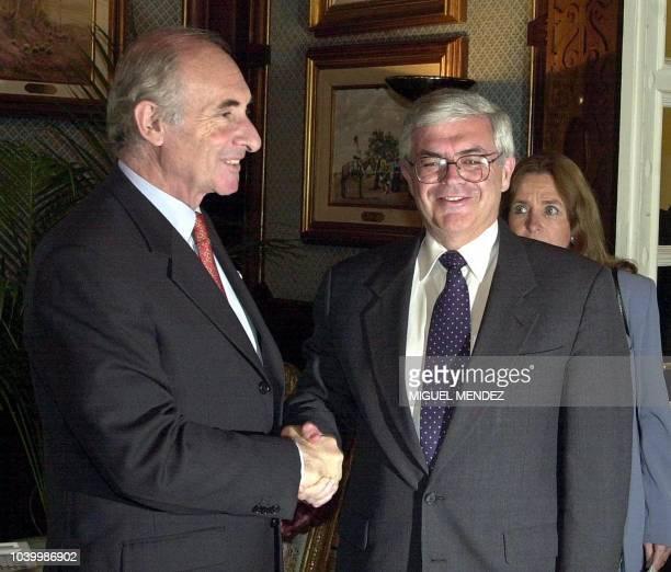 Argentine President Fernando de La Rua greets US Treasury Undersecretary for International Affairs John Taylor in Buenos Aires, Argentina, 03 August...