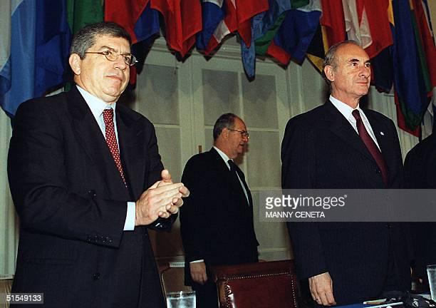 Argentine President Fernando De La Rua, , is applauded by OAS Secretary General Cesar Gaviria, , 14 June, 2000 before the start of meetings at the...