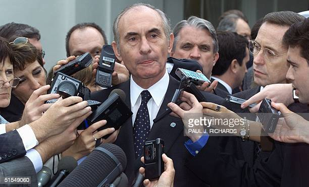 Argentine President Fernando de la Rua meets with reporters outside of the West Wing of the White House in Washington DC 13 June 2000 after...