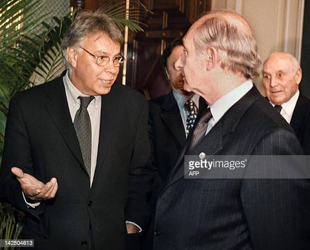 Argentine President Fernando de la Rua speaks with former Spanish President Felipe Gonzalez during their meeting at the government house in Buenos...