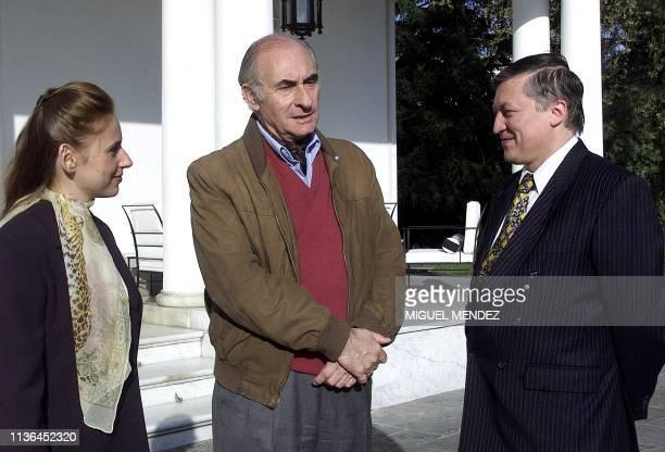 Argentine President Fernando De la Rua welcomes to the Olivos Presidential Residence 17 September world chess players Anatoli Karpov of Russia and...
