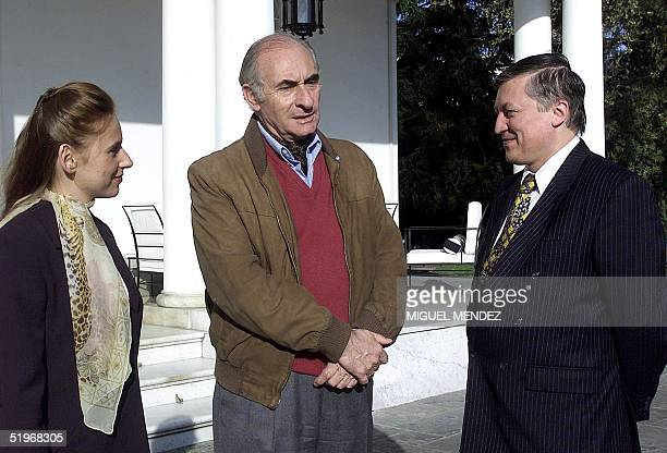 Argentine President Fernando De la Rua welcomes to the Olivos Presidential Residence 17 September world chess players Anatoli Karpov of Russia and...