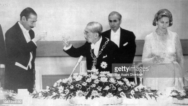 Argentine President Jorge Rafael Videla and his wife Alicia Hartridge toast glasses with Emperor Hirohito during the state dinner at the Imperial...