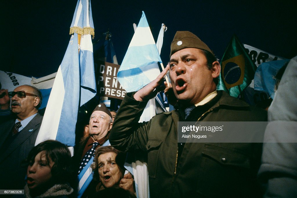 Argentine reservists singing the National Anthem : News Photo
