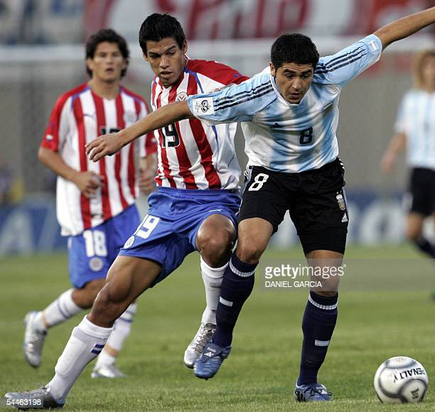 Argentine Roman Riquelme eludes Paraguayan Julio Dos Santos 03 September 2005 during their FIFA World Cup Germany 2006 South American qualifying...