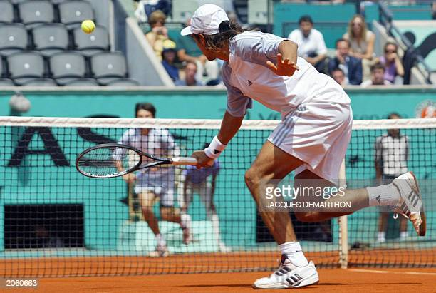 Argentine's Mariano Zabaleta returns to compatriot Guillermo Coria 02 June 2003 in Paris during their Roland Garros French Tennis Open fourth round...