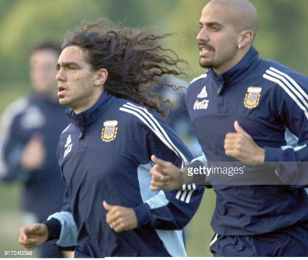 Argentine's midfielders Juan Sorin and Juan Veron run 08 June 2002 during the afternoon training session at JVillage Naraha practice camp in Japan...