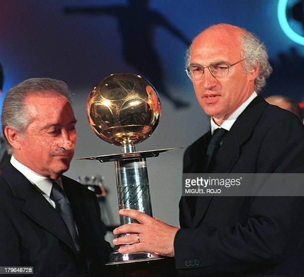 Argentinian Carlos Bianci holds a trophy with the President of the Uruguayan Soccer Association Eugenio Figueredo 15 February El argentino Carlos...
