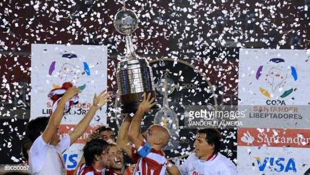 Argentinian Estudiantes de La Plata's team captain Juan Sebastian Veron celebrates with teammates after winning the Libertadores Cup final football...