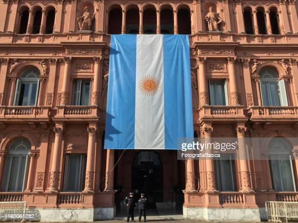 argentinische flagge in casa rosada hängen - casa stock-fotos und bilder
