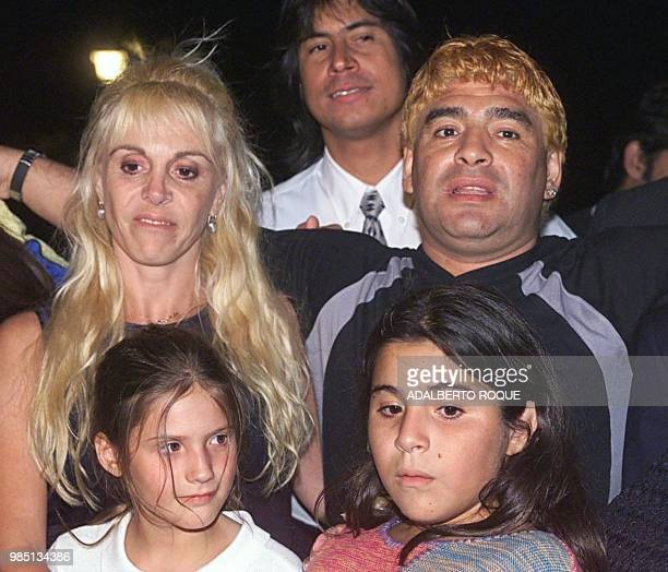 Argentinian football legend Diego Maradona poses for photographs next to his daughters and wife Claudia 22 January 2000 at a hotel in Havana during...