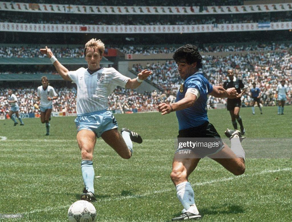 Argentinian forward Diego Maradona (R) g : News Photo