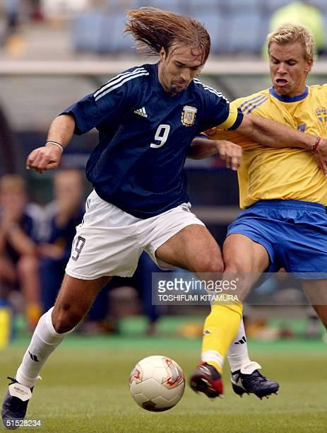 Argentinian forward Gabriel Batistuta vies with Swedish midfielder Niclas Alexandersson during the Group F first round last match Sweden/Argentina of...